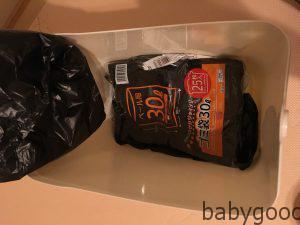 ゴミ箱の中にゴミ袋を入れています